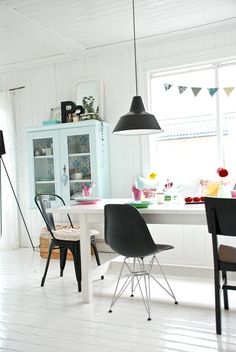 fjeldborg-Scandinavian-style-white-country-pastels-dining-table-turqoise