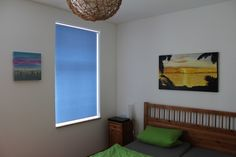 abdunkelndes Rollo für's Schlafzimmer | roller blind in the bedroom #bed #bett #blau #blue #green Laying In Bed, Asylum, Bed Room, Blue