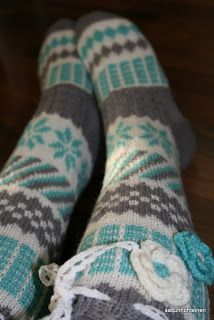 Kirjoneulesukat, anelmaiset Crochet Slippers, Knit Crochet, Cute Socks, Slipper Socks, Knee High Socks, Knitting Socks, Yarn Crafts, Leg Warmers, Mittens