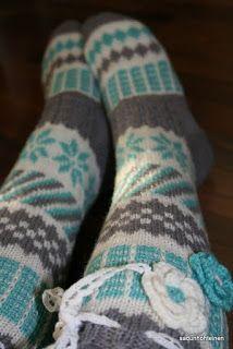 Kirjoneulesukat, anelmaiset Crochet Slippers, Knit Crochet, Cute Socks, Slipper Socks, Knee High Socks, Boot Cuffs, Knitting Socks, Yarn Crafts, Leg Warmers