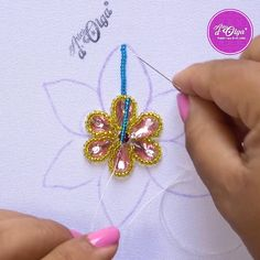¡Hola! Mira cómo bordar una flor con pedrería. Diy Embroidery Patterns, Christmas Embroidery Patterns, Embroidery Stitches Tutorial, Embroidery Flowers Pattern, Creative Embroidery, Embroidery Techniques, Art Patterns, Embroidered Flowers, Bead Embroidery Jewelry