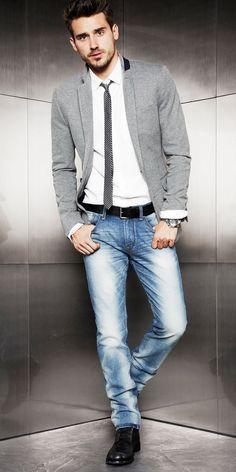 Acheter la tenue sur Lookastic: https://lookastic.fr/mode-homme/tenues/blazer-chemise-de-ville-jean-bottes-cravate-ceinture/1367 — Cravate à rayures horizontales gris — Jean bleu — Ceinture en cuir noir — Bottes en cuir noires — Chemise de ville blanc — Blazer en coton gris