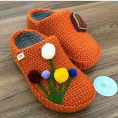 Diy Crafts - womansneakerschic,womansneakersgym-Colorful hand-knitted home slippers. Image Owner ShuBBa D .- Colorful hand-knitted home slippers. Crochet Cap, Crochet Baby Booties, Knitted Slippers, Knitted Bags, Crochet Slipper Pattern, Crochet Patterns, Pinterest Diy Crafts, Happy Evening, Crochet Fashion