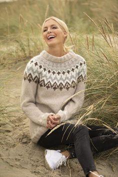 Takknemlig-genser - Viking of Norway Pullover Design, Handgestrickte Pullover, Sweater Design, Knitting Wool, Fair Isle Knitting, Hand Knitting, Knitting Patterns, Hand Knitted Sweaters, Cozy Sweaters