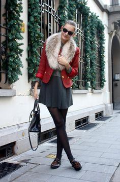 Uma saia mais curta, mas que pelas pernas mais finas da modelo e pela meia calça, bem como pelo casaco em cor mais chamativa e pela pele, chamando a atenção para cima, se torna modesto.    Seria mais seguro, todavia, que uns dois dedos abaixo fosse colocada a saia.