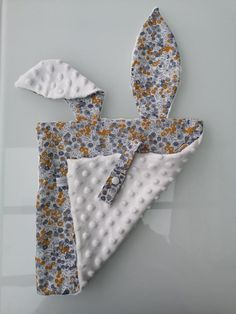 Doudou lapin liberty gris et moutarde - - Baby Diy Projects, Sewing Projects, Tissu Minky, Dou Dou, Baby Couture, Baby Sensory, Cute Bunny, Baby Sewing, Baby Quilts