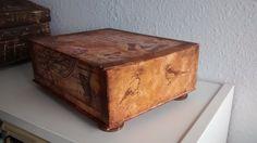 caja de cartón decorada con decoupage y envejecida