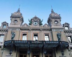 Quem for para Nice pode fazer um bate-volta bem legal e baratinho para Mônaco, a experiência é incrível! Dica de viagem Europa - blog de viagem - o que fazer na frança - what to do France - places to visit - arquitetura - clock - relogio - sunny sky - lugares para visitar frança