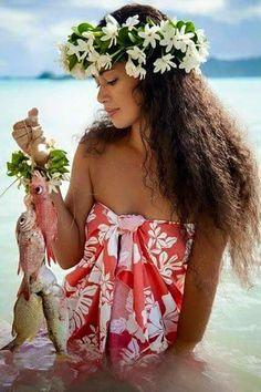 Photo by Levonda Polynesian Girls, Polynesian People, Polynesian Culture, Polynesian Dance, Hawaiian Girls, Hawaiian Art, Hawaiian Woman, Tahitian Costumes, Hula Dancers