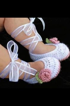 The most precious baby girl crochet ballet slippers ever! There is a video tutorial to show you how to make them.The most precious baby girl crochet ballet slippers ever! There is a video tutorial to show you how to make them. Baby Girl Crochet, Crochet Bebe, Crochet Baby Booties, Crochet Slippers, Diy Crochet, Knitted Baby, Lace Booties, Newborn Crochet, How To Crochet