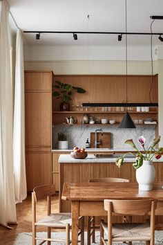 Home Decor Kitchen A Warm Stockholm Apartment with Oak Touches - The Nordroom.Home Decor Kitchen A Warm Stockholm Apartment with Oak Touches - The Nordroom Kitchen Dinning, Home Decor Kitchen, Kitchen Interior, Home Kitchens, Eclectic Kitchen, Eclectic Decor, Neutral Kitchen, Eclectic Living Room, Kitchen Wood