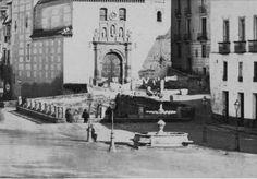 La fuente de Plaza Nueva frente a Santa Ana