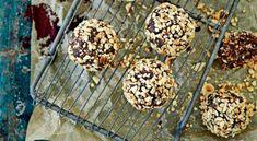 Rawfood bollar – nyttiga chokladbollar! Healthy Sweets, Healthy Snacks, Raw Food Recipes, Cake Recipes, Fall Treats, Something Sweet, Parfait, Cereal, Breakfast