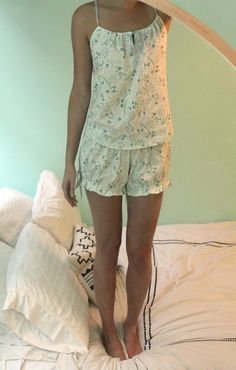 DIY How to sew summer pajamas from sheets. Great upcycle project, and they look so light and airy. Diy Clothing, Sewing Clothes, Clothing Patterns, Sewing Patterns, Sewing Hacks, Sewing Tutorials, Sewing Crafts, Sewing Projects, Diy Projects
