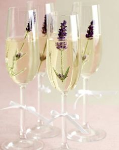 Sparkling wine reception: Spice up sparkling wine with flowers - Sparkling wine with fresh lavender. Perfect for sparkling wine reception at the garden wedding. Plan Your Wedding, Diy Wedding, Wedding Reception, Wedding Planning, Wedding Day, Garden Wedding, Wedding Blog, Rustic Wedding, Lavender Wedding Theme