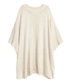 CONSCIOUS. Fine-knit poncho in soft yarn containing some wool with 3/4-length sleeves and high slits in the sides. The polyester content of the poncho is recycled.