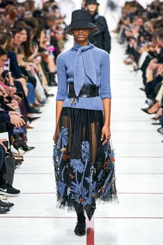 Dior Fall Winter 2019 Fall Winter 2019 trends Runway coverage Ready To Wear Vogu. Dior Fall Winter 2019 Fall Winter 2019 trends Runway coverage Ready To Wear Vogue collar bow Dior Fashion, Trend Fashion, Fashion Weeks, Fashion 2020, New York Fashion, Couture Fashion, Paris Fashion, Runway Fashion, Fashion Models