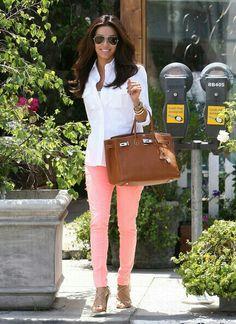 White shirt + Melon skinny jeans + cognac handbag + nude heels. Eva langoria