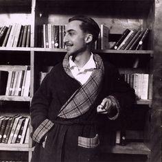 Roland Barthes, en una foto tomada en la biblioteca de un sanatorio en 1943.