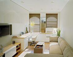 Stuen er fungerer b�de som tv-stue, salong og hjemmekontor. M�blene er smale og plassbesparende. De buede vinduene har f�tt lekre rullegardiner i bambus.