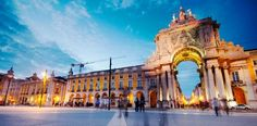 Lissabon Praça do Comércio Lissabon's grootste plein was ooit onderdeel van de paleisgronden, totdat deze vernietigd werden tijdens een desastreuze aardbeving in 1755. Het plein kijkt uit over de Tagus Rivier, vanwaar Portugal importproducten ontving die verstuurd werden uit kolonies als Brazilië. Het is een perfecte plek om een tafeltje te pikken en even helemaal tot rust te komen onder het genot van lekker eten en goedewijn.