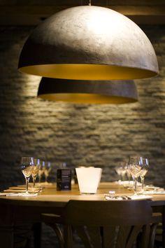 ZWAARTAFELEN I Hele mooie #lampen met gouden binnenkant voor thuis en #horeca. Hangen bij #Zwaartafelen in de showroom. Je bent welkom om te kijken! www.zwaartafelen.nl