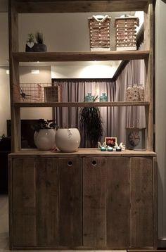 Eigengemaakte kast van steigerhout als afscheiding tussen 2 ruimtes. #living #styling