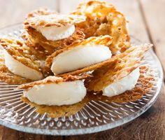 Baka havreflarn, knäckiga havrekakor, och fyll dem med vanilj- och apelsinfärskost. Goda kakor med karamellig sötma av sirap som är lätta att baka. Fyllningen rör du enkelt ihop av frisk färskost, vaniljsocker och apelsinskal. Bjud de fyllda flarnen som efterrätt eller till kaffet. Oväntat gott!