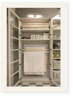 Manteles impecables: Un armario con barras para guardar los manteles recién planchados siempre listos para vestir cualquier mesa.