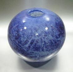 Blå kulevase. PLUS 70-tallet. 12 cm høy og diameter 16 cm.