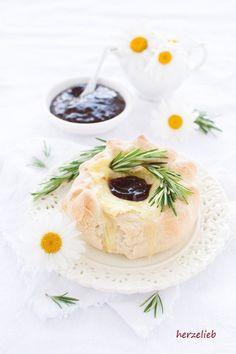 Camembert im Brotteigmantel oder in der Brotkruste sind das kleine Käsefondue für Zuhause.