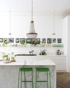 sente só essa cozinha em tons de verde e o detalhe (fundamental) da coleção de quadrinhos  #casadevalentina #cozinha #kitchen #decor #decoracao