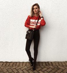 moletom vermelho, calça preta, coturno.