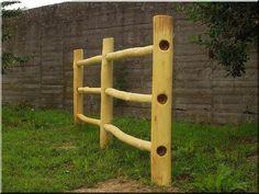 Csiszolt akácfa oszlopokból épített kerítés Zulu, This Is Us, Fence, New Homes, Fa, Wood, Gardening, Vintage, Woodwind Instrument