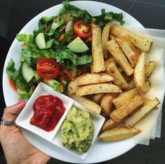 Lunch inspo. Lunch goals. Side salad with vegetables, french fries, fresh guac. I Love Food, Good Food, Yummy Food, Plats Healthy, Food Porn, Vegetarian Recipes, Healthy Recipes, Food Goals, Aesthetic Food