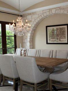 Arco en piedra artificial blanca en la pared principal del comedor. Puedes ver más información sobre nuestros productos y ejemplos en www.thermostone.es