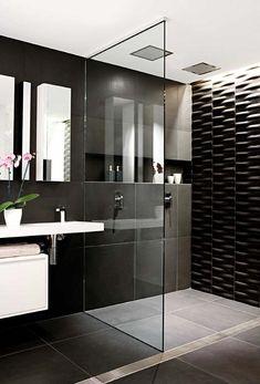 Banheiro moderno com chuveiro duplo