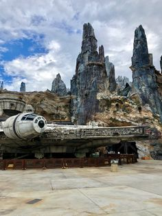 Star Wars: Galaxy's Edge Now Open at Disney's Hollywood Studios. Find out the top 6 differences between Disneyland and WaltDisneyWorld. Disney World Attractions, Disney World Parks, Disney World Planning, Disney Vacations, Disney Trips, Disney Worlds, Tower Of Terror, Disney Dining Plan, Park Resorts