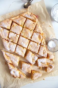 Easy Fresh Peach or Nectarine Cake Romanian Cake Recipe Only six ingredients and you will have a comforting nectarine cake (or peach cake) topped with a delicious egg-sugar layer. Köstliche Desserts, Delicious Desserts, Yummy Food, Sweet Recipes, Cake Recipes, Dessert Recipes, Cakes To Make, How To Make Cake, Nectarine Recipes