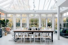 Dining Table With View Of The Garden - Glass Conservatory Dining Room Conservatory Dining Room, Glass Conservatory, Conservatory Interiors, Conservatory Extension, Victorian Townhouse, Edwardian House, Oval Room Blue, Farmhouse Style Table, English Decor