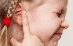 Menempatkan jari, kapas atau benda lain di telinga juga dapat menyebabkan telinga curek/congek dengan merusak lapisan tipis kulit yang melapisi saluran telinga Anda.