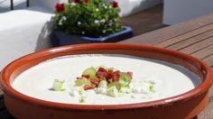 Suppe laget med mandler, hvitløk og sherry. Anne Hjernøes mandelsuppe serveres kald med druer, vårløk og spekeskinke. Ajo blanco, hvit hvitløk, kalles denne suppen i Spania og da serveres den ofte med druer, melon eller epler.