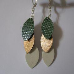 Boucles 3 pétales en cuir ton blanc cassé, doré et  vert imitation python