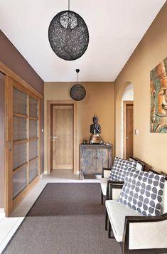 Farbige Wände Im Flur Beige Braun Weiße Decke #interiors