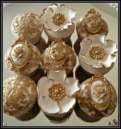 Weddbook ♥ These white and gold wedding cupcakes looks very unique. The design of these cupcakes is amazing and very yummy in taste. The design of these cupcakes is very antique and the softness is awesome. Gold Cupcakes, Fondant Cupcakes, Pretty Cupcakes, Beautiful Cupcakes, Wedding Cakes With Cupcakes, Fun Cupcakes, Cupcake Cakes, Mini Cakes, Teacher Cupcakes