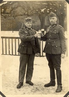 Hola maquinolas les dejo una serie de fotos de un soldado alemán durante varias campañas empezando por Polonia, Francia, Bélgica, Serbia y por último su presencia en el Norte de África con el D.A.K. Son fotos de la vida cotidiana,posando con...