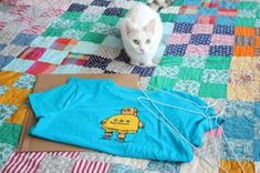 Where DIY meets adorable: A t-shirt turned into a cat tent. Diy Old Tshirts, Old T Shirts, Diy Art Projects, Sewing Projects, Diy Cat Tent, Cat House Diy, Son Chat, Cat Furniture, Diy Stuffed Animals