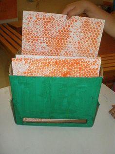 παιχνιδοκαμώματα στου νηπ/γειου τα δρώμενα: μέλισσες - μελισσοκόμος !!! Bee Crafts, Weird Science, Bugs, Preschool, Decorative Boxes, Bees, Kindergarten, Beetle, Preschools