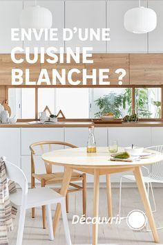 Le blanc, ça va avec tout ! C'est vrai aussi dans la cuisine, où les meubles blancs assurent un résultat moderne et font gagner en luminosité. Côté style, tout est possible. Vous aimez le style design ? Optez pour des façades sans poignée et des accessoires noirs. Si le style industriel est votre préféré, ajoutez un plan de travail en bois et des étagères ouvertes en métal noir. Vous aimez les cuisines des maisons de campagne ? Un îlot et des façades à cadres blanches donneront le ton. Dining Bench, Furniture, Design, Home Decor, Its Okay, Everything, White Washed Furniture, White Frames, Open Shelving