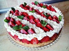 Przepisy Kulinarne: Tort z kremem mascarpone i truskawkami na Dzień Ojca
